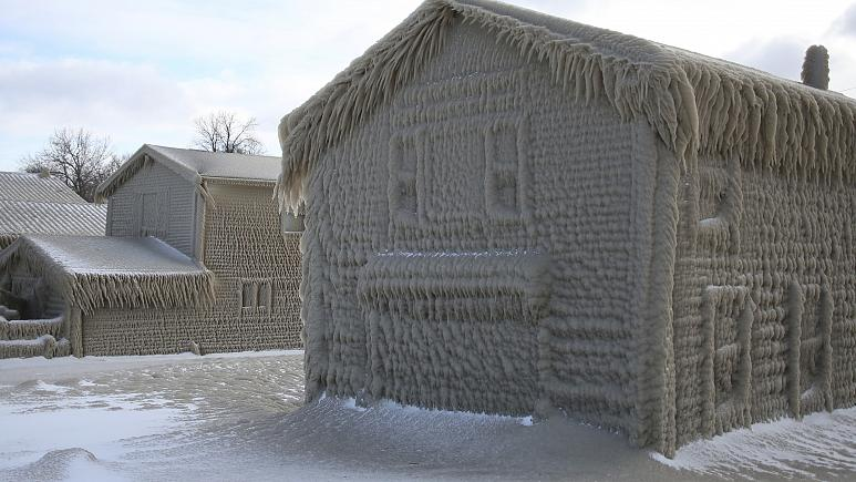 Az egyik behavazott-jegesedett ház