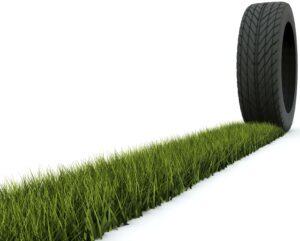 Sivatagi cserjéből készített gumiabroncsot a Bridgestone - Tire with track from grass isolated on white