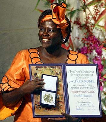 Nobel Peace Prize laureate Wangari Maathai holds her prize and certificate at Oslo City Hall Friday Dec. 10, 2004. Maathai, a Kenyan ecologist, is the first African woman and the first environmentalist to have won the coveted prize. (AP Photo/John McConnico)COPYRIGHT PRESSENS BILD Code: 436