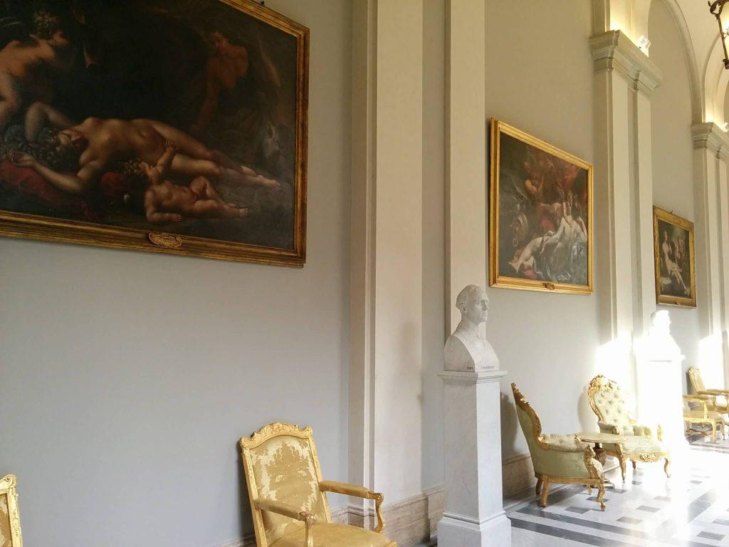 """""""A patriarchális múlt (sajnos a világ nagy részén ma is uralkodik): az olasz parlament folyosóján csupa idős politikus férfi mellszobrok és fölöttük csupa csupasz női mellfestmények."""" - © 2017 Simonyi Gyula - ClimeNews"""