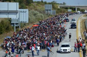 Bevándorlás, szegénység a világban - ClimeNews - Több száz bevándorló indulóban még Törökországban egy autópályán... (AP Photo)