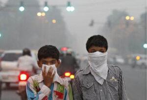 felmelegedés - Children protect their faces from Delhi's smog - Több milliárd ember élete ellehetetlenül - ClimeNews