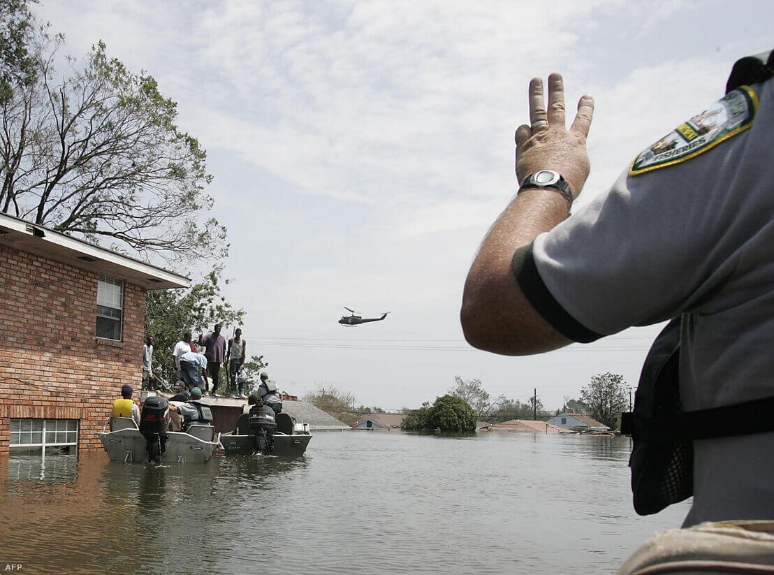 Mentőalakulatok dolgoznak az elárasztott New Orleans-ban a Katrina után | Fotó: James Nielsen / AFP