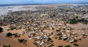 Vagy víz fog folyni, vagy vér - ClimeNews - Árvíz borította terület Pakisztánban Fotó: AFP