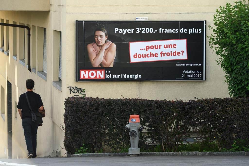 Atomenergia-párti hirdetés Lausanne-ban | Fotó: Fabrice Coffrini / AFP - Svájc lemond az atomenergiáról - ClimeNews - Hírportál