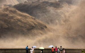 Vagy víz fog folyni, vagy vér - ClimeNews - Turisták bámulják a kínai Hsziaolangdi gát megnyitását (2012.) Fotó: Str / AFP