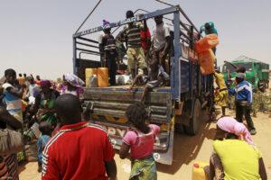 Több ezer civilnek kellett elhagynia az otthonát a napokban a nigériai Geidemban a Boko Haram támadásai miatt. 4000-en közülük most készültek visszaköltözni otthonaikba, de ismét menekülniük kell. Fotó: Afolabi Sotunde / Reuters
